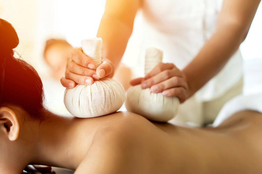 Kruidenstempel massage afbeelding 1